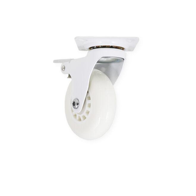 Hvidt møbelhjul med bremse til montering under f.eks. køkkenelementer. Hjulet har en bred hvid gummibelægning.